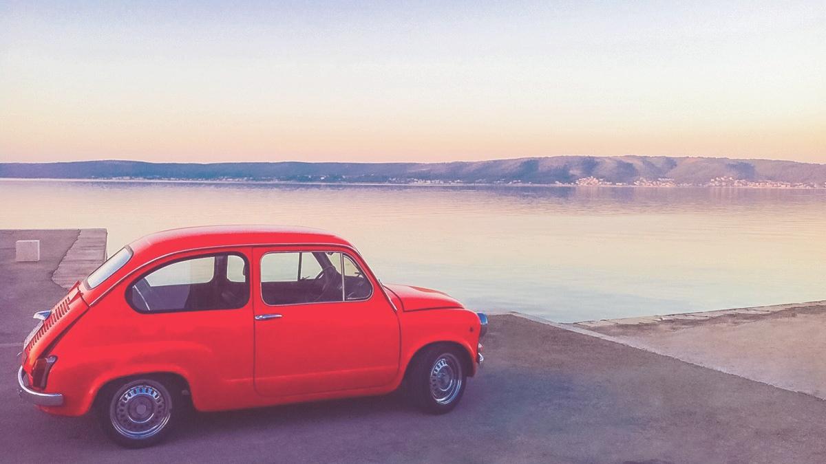 Fiat 500 rouge devant la mer